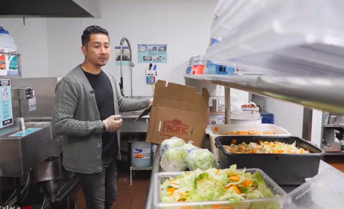 Việt Phạm chuẩn bị thực phẩm chế biến đồ ăn trưa miễn phí cho cộng đồng. Ảnh: Nhân vật cung cấp