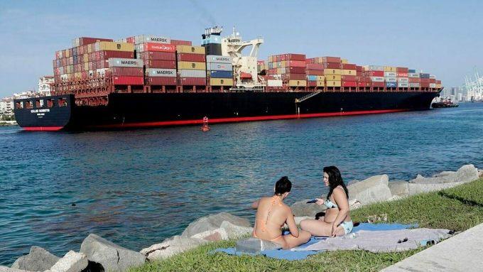 Hai phụ nữ tắm nắng trên bãi cỏ ở thành phố Miami Beach, Florida hôm 3/7. Ảnh: AP