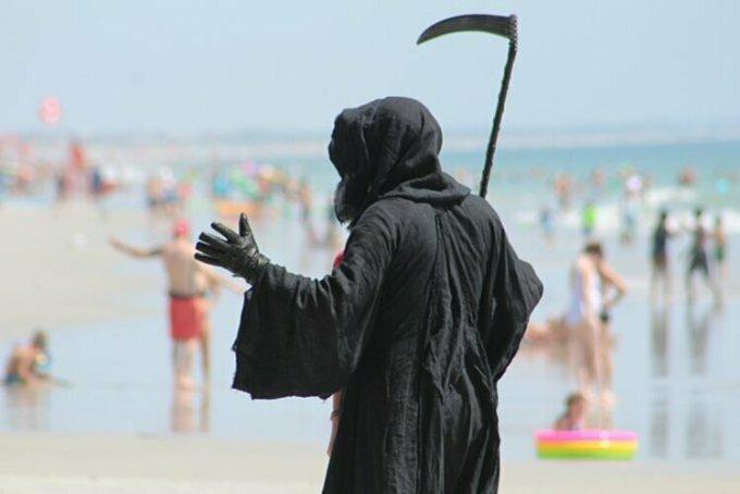 Luật sư Daniel Uhlfelder của bang Florida hoá trang thành Thần Chết đến bãi biển Jacksonville để cảnh báo mọi người về Covid-19. Ảnh: Twitter/Daniel Uhlfelder