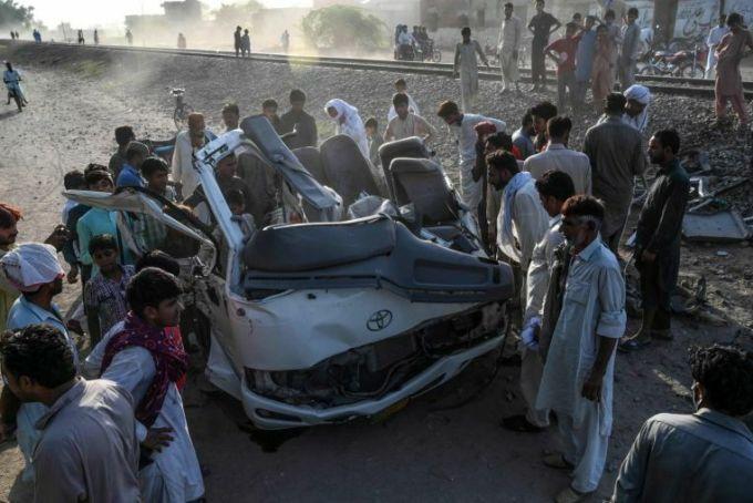 Tàu hoả đâm ôtô, 19 người cùng nhà chết