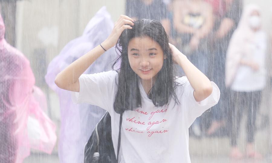 Gần 4.000 học sinh đội mưa đi thi chuyên