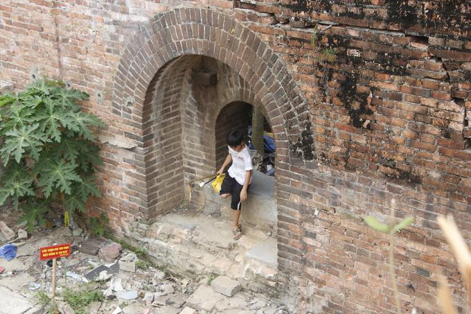 Chiếc cổng nằm bên trái Đông thành Thủy Quan mới lộ diện sau khi nhà dân tháo dỡ. Ảnh: Võ Thạnh