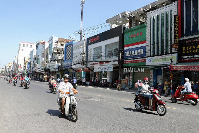 Một vệt đường trên đường Hùng Vương, đoạn từ nút giao Hoàng Hoa Thám đến Ông Ích Khiêm, hầu như không có một bóng cây xanh. Ảnh: Nguyễn Đông.