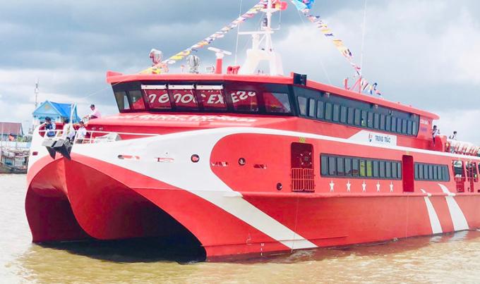 Tàu cao tốc tuyến Cà Mau - Nam Du - Phú Quốc tại cửa biển thị trấn Sông Đốc. Ảnh: Diệu Bình