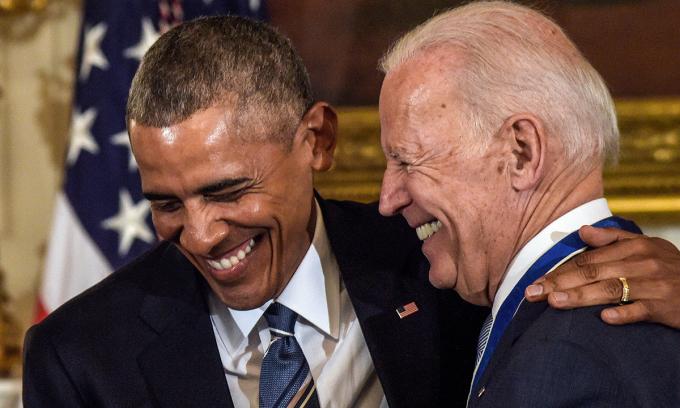 Joe Biden và cựu tổng thống Barack Obama (trái) tại Nhà Trắng, hồi tháng 12/2017. Ảnh: AP.