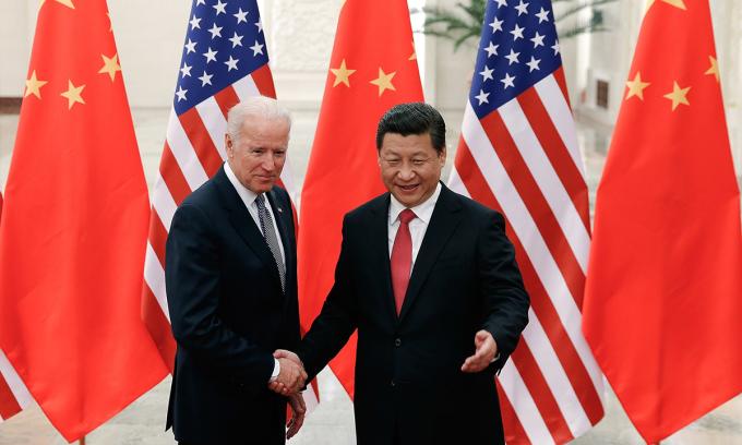 Cựu phó tổng thống Joe Biden (trái) và Chủ tịch Tập Cận Bình tại Trung Quốc hồi năm 2013. Ảnh: AP.