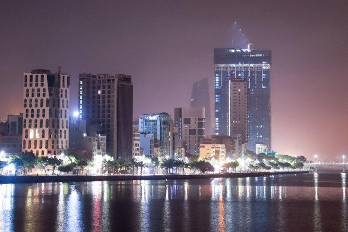 Một góc đô thị ven sông Hàn về đêm. Ảnh: Nguyễn Đông.