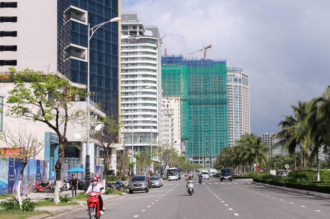 Khách sạn cao tầng được xây dựng dày đặc trên đường Võ Nguyên Giáp, ven biển Đà Nẵng. Ảnh: Nguyễn Đông.