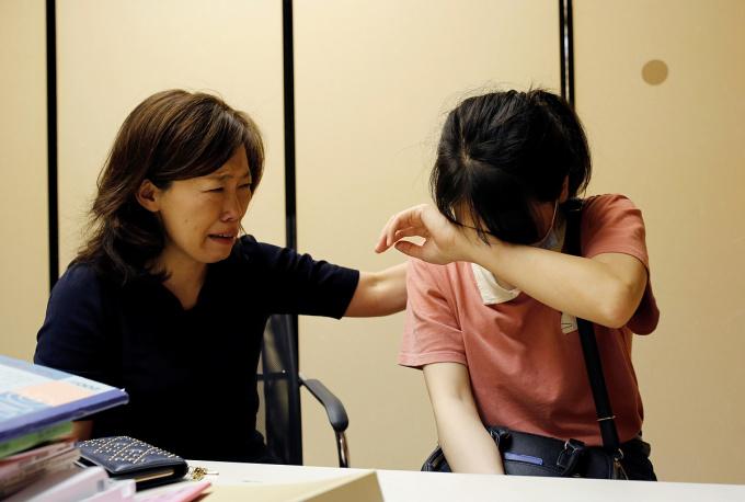 Jiho Yoshimizu khóc khi động viện lao động Việt Luong Thi Tu tại chùa Nisshinkutsu ở Tokyo hôm 2/7. Ảnh: Reuters