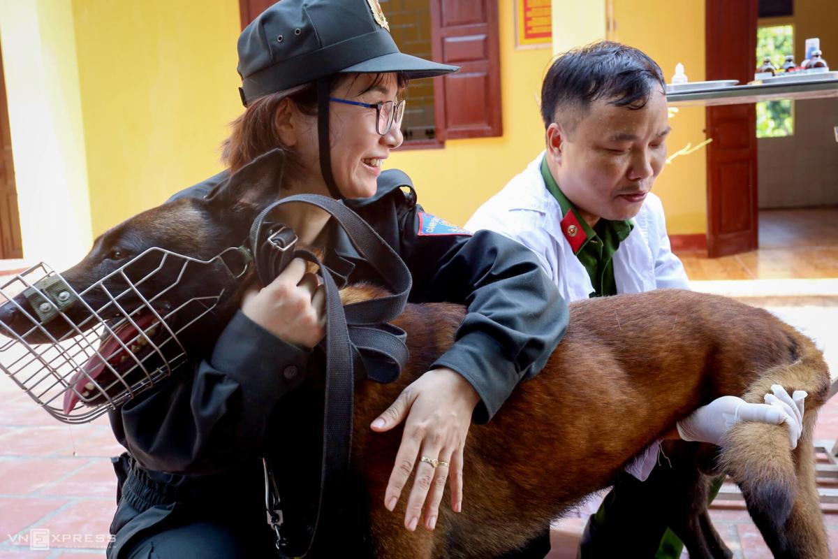 Nữ cảnh sát huấn luyện chó nghiệp vụ