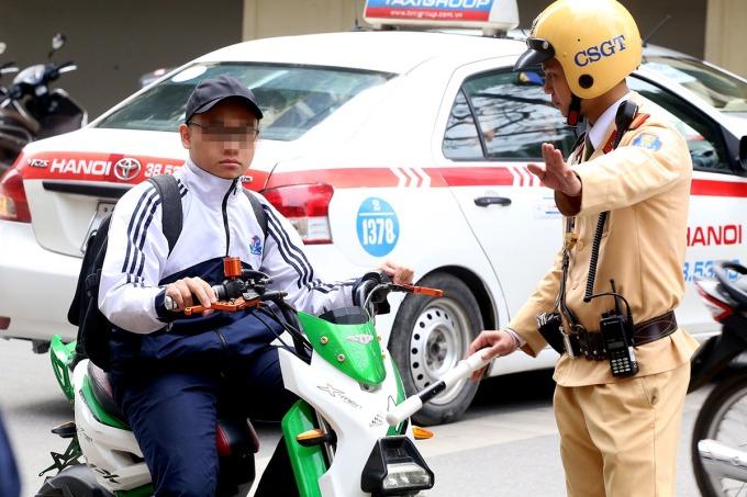 Xử phạt học sinh đi xe đạp điện không đội mũ bảo hiểm. Ảnh: Phương Sơn.