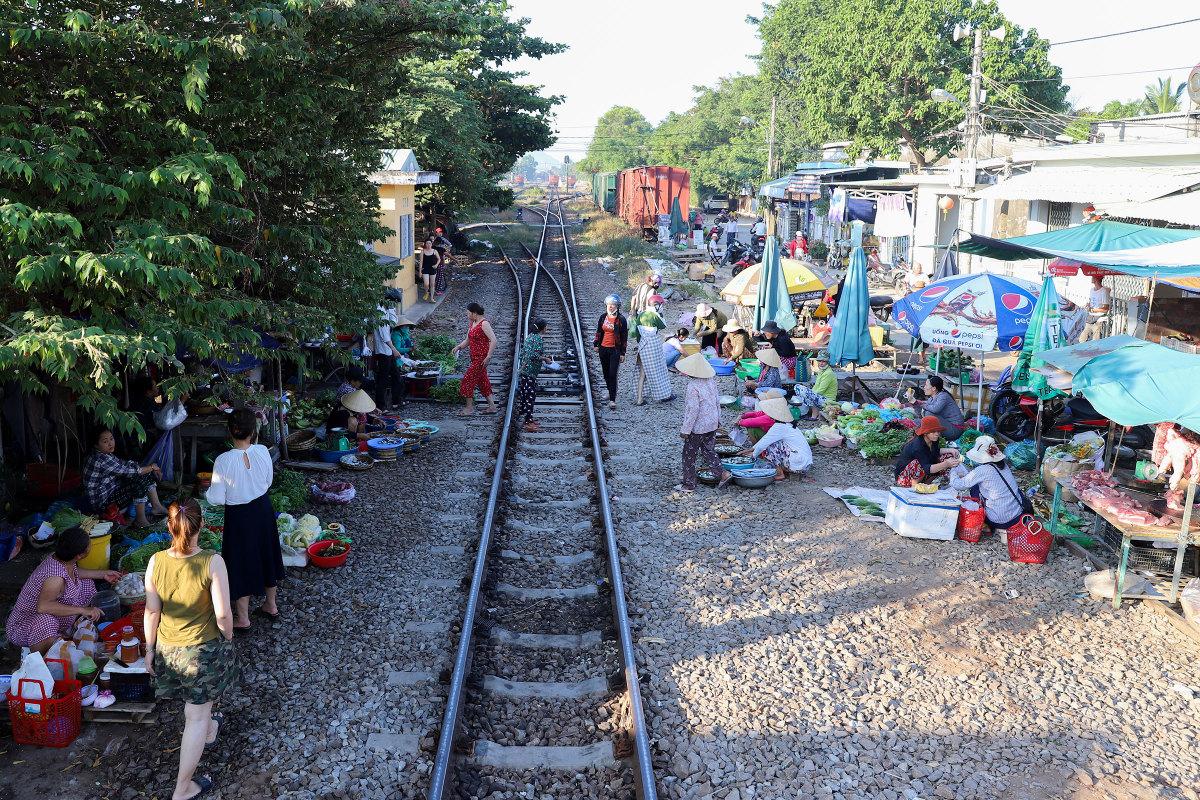 Chợ tự phát sát đường tàu