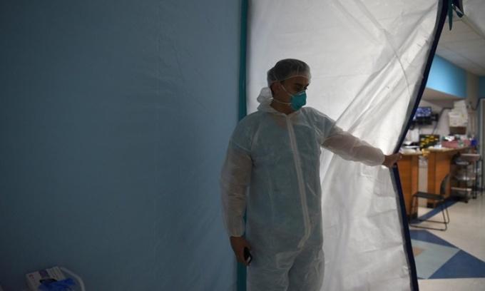Nhân viên y tế tại khu vực chăm sóc tích cực dành cho bệnh nhân nCoV thuộc Trung tâm Y tế United Memorial ở Houston, Texas, ngày 29/6. Ảnh: Reuters.