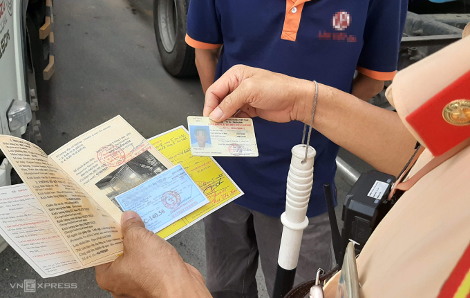 CSGT Bắc Ninh kiểm tra giấy tờ xe của tài xế ôtô trên Quốc lộ 17. Ảnh: Bá Đô