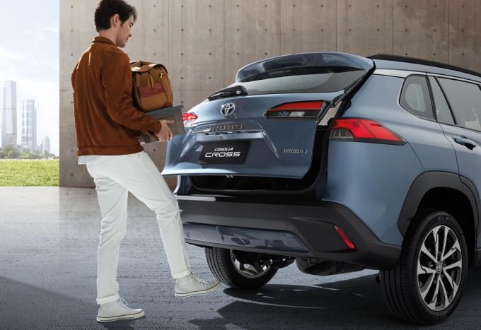 Cốp sau mở rảnh tay, tức tài xế chỉ cần đá chân vào khoảng không dưới cản sau để mở cốp. Ảnh: Toyota