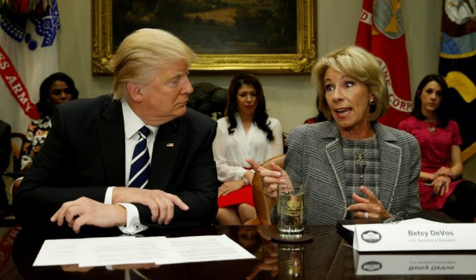 Trump (trái) và Bộ trưởng Giáo dục Betsy DeVos trong cuộc họp ở Nhà Trắng năm 2017. Ảnh: Reuters.