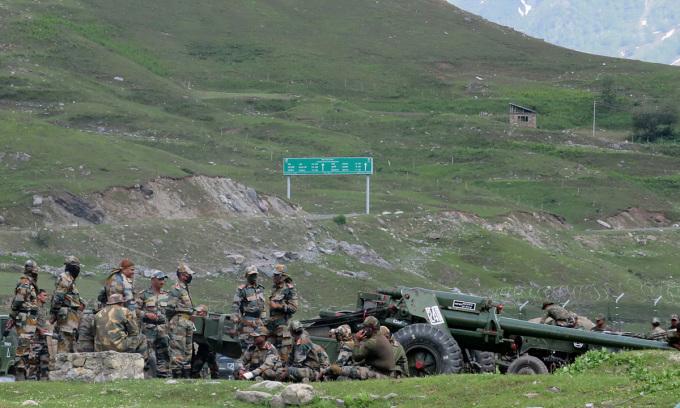 Binh sĩ Ấn Độ nghỉ chân tại một trại trung chuyển tạm thời trước khi tới vùng Ladakh ở biên giới với Trung Quốc hôm 16/6. Ảnh: Reuters.