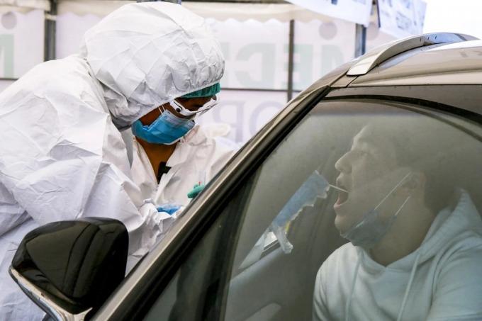 Một người lái xe được lấy mẫu xét nghiệm Covid-19 tại Almaty, thành phố lớn nhất Kazakhstan. Ảnh: AFP.