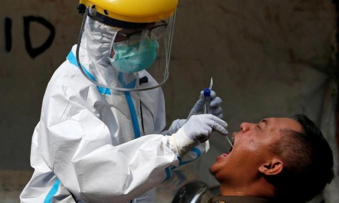 Nhân viên y tế lấy mẫu xét nghiệm cho một người dân ở Jakarta, Indonesia, hôm 2/7. Ảnh: Reuters.
