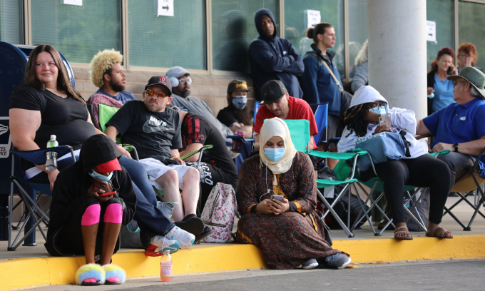 Người Mỹ xếp hàng chờ nộp đơn xin trợ cấp thất nghiệp ở Frankfort, bang Kentucky, tháng trước. Ảnh: AFP.