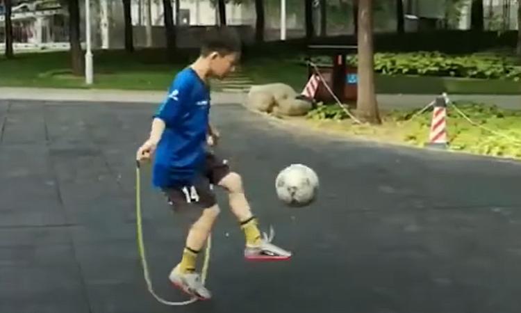 Cậu bé 9 tuổi vừa tâng bóng, vừa nhảy dây