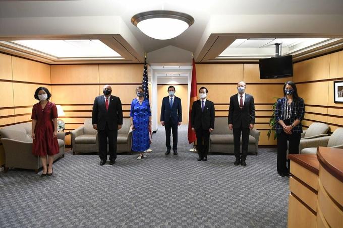 Đại sứ Hà Kim Ngọc (thứ ba từ phải sang) tham dự cuộc gặp mặt kỷ niệm 25 năm thiết lập quan hệ ngoại giao Việt Nam - Mỹ tại trụ sở Bộ Ngoại giao Mỹ chiều 10/7. Ảnh: Bộ Ngoại giao