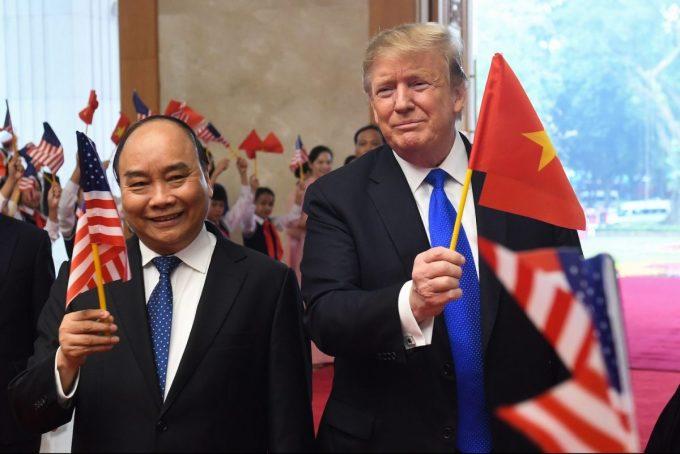 Thủ tướng Nguyễn Xuân Phúc (trái) và Tổng thống Mỹ Donald Trump gặp nhau ở Hà Nội ngày 27/2/2019. Ảnh: AFP.