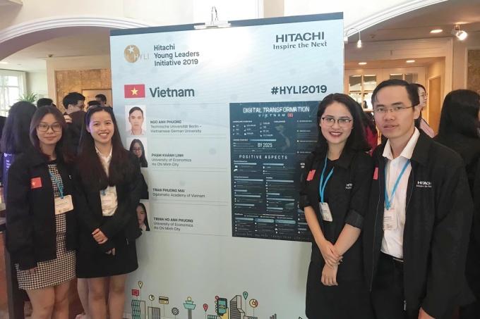 Phương Mai (thứ hai từ phải sang) tại sự kiện Hitachi Young Leaders Initiative 2019 tại Singapore. Ảnh: Nhân vật cung cấp