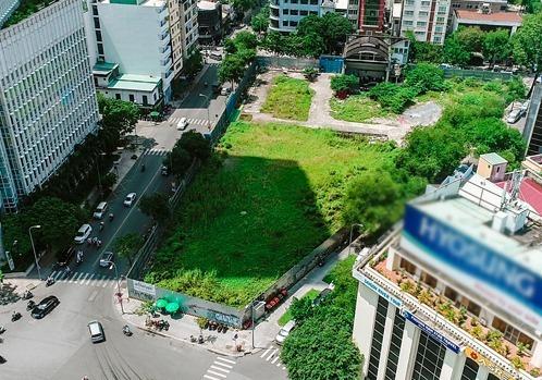 Khu đất 2-4-6 Hai Bà Trưng (quận 1) được phê duyệt làm dự án khu phức hợp 6 sao nhưng hiện vẫn bỏ hoang, cỏ mọc um tùm. Ảnh: Trung Sơn.