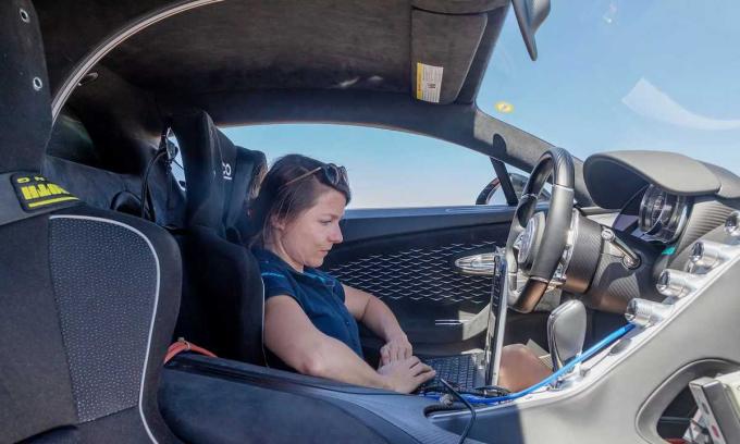 Julie Lemke, nhà thiết kế điều hòa của Bugatti xem xét hệ thống làm mát của siêu xe Divo trong quá trình thử nghiệm hồi tháng 4/2019. Ảnh: Bugatti