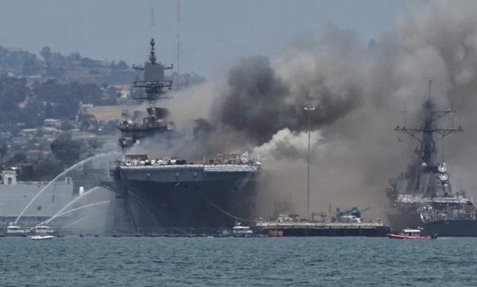 Khói bốc lên từ USS Bonhomme Richard hôm 12/7. Ảnh: Reuters.
