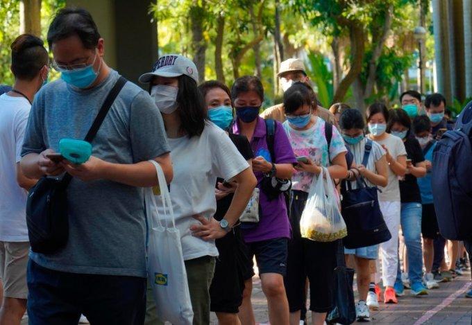Người Hong Kong xếp hàng chờ bỏ phiếu sơ bộ hôm 12/7. Ảnh: AP.