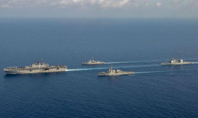 Nhóm tàu chiến Mỹ hoạt động trên Biển Đông hôm 18/4. Ảnh: Reuters.