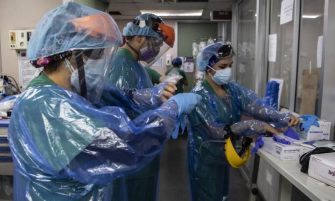 Nhân viên y tế trong khu điều trị tích cực của một bệnh viện ở Santiago, Chile, hôm 9/7. Ảnh: AFP.