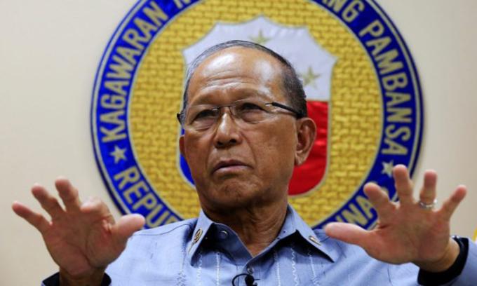 Bộ trưởng Quốc phòng Philippines Delfin Lorenzana phát biểu tại Manila, tháng 2/2017. Ảnh: AFP.