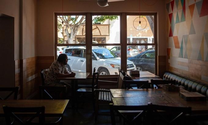 Gabriel Gordon tại nhà hàng của mình ở California. Ảnh: NYTimes.