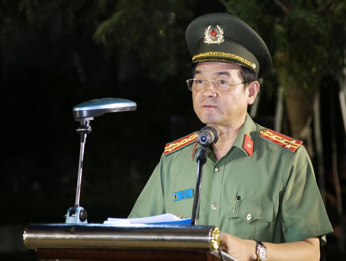 Đại tá Lê Hồng Nam - Giám đốc Công an TP HCM chỉ đạo lực lượng ra quân. Ảnh: Quốc Thắng,