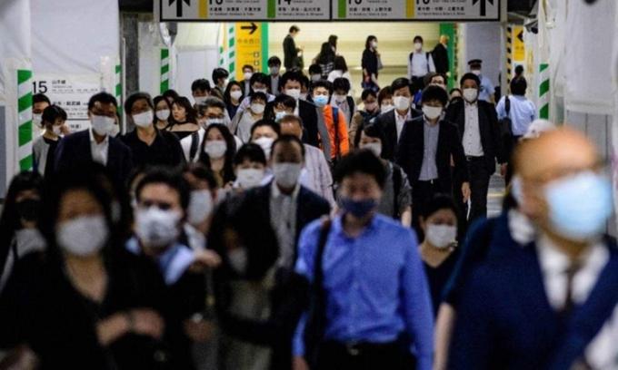 Người dân tại ga tàu Shinjuku, Tokyo, Nhật Bản, hôm 25/5. Ảnh: Reuters.