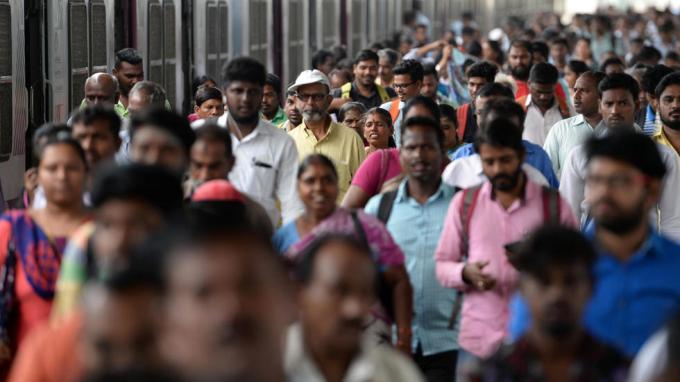 Người qua lại nhộn nhịp trong một ga tàu ở Chennai, Ấn Độ, hôm 11/7/2018. Ảnh: AFP.
