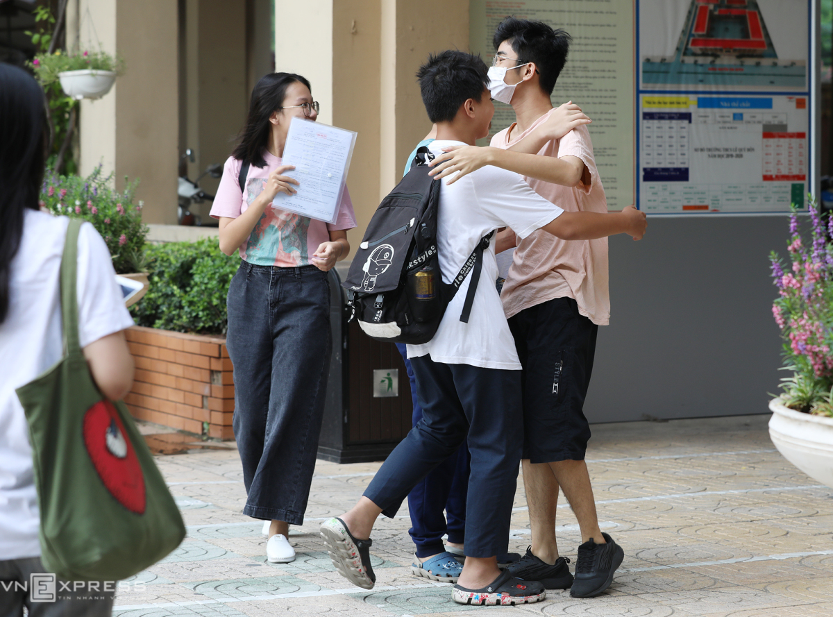 Học sinh Hà Nội làm thủ tục thi vào lớp 10
