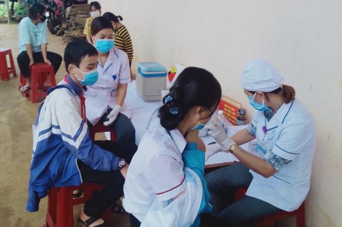 Cán bộ y tế tiêm vaccine phòng bệnh bạch hầu cho học sinh huyện Đăk Rlấp, Đăk Nông. Ảnh: Ngọc Oanh.