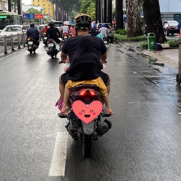 Con gái nhỏ chui vào áo bố tránh mưa - 4