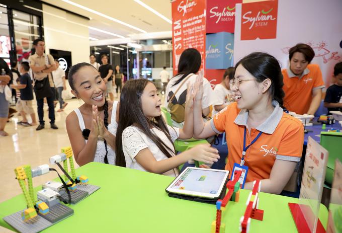 Bé Sol nhà Đoan Trang hào hứng với thử thách Robotics