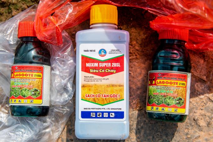 Một trong những chai thuốc diệt cỏ bà Thêu dùng, trên nhãn ghi có chứa Paraquat, hoạt chất cực độc đã bị cấm dùng tại Việt Nam. Ảnh: Thanh Huế.