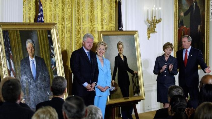 Cựu tổng thống Bill Clinton và phu nhân Hillary Clinton trong lễ công bố chân dung của họ do người kế nhiệm George W. Bush tổ chức ở Nhà Trắng năm 2004. Ảnh: AFP