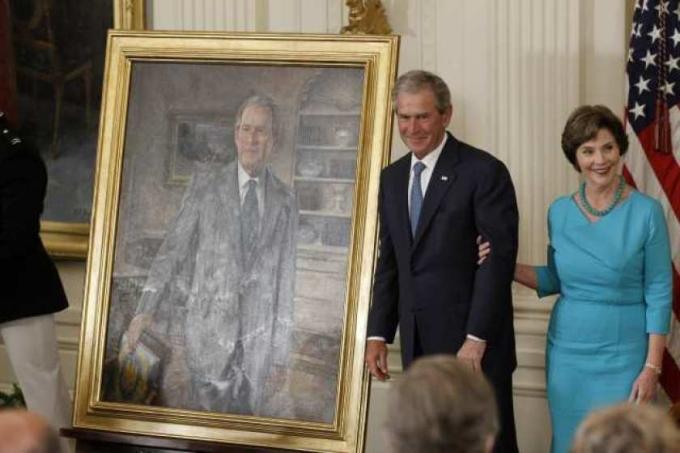 Cựu tổng thống George W. Bush và phu nhân Laura trong lễ công bố bức chân dung của hai người tại Nhà Trắng năm 2012. Ảnh: AP