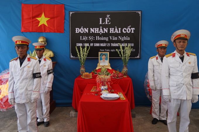 Quê nhà tổ chức lễ đón liệt sĩ Hoàng Văn Nghĩa. Ảnh: Gia Chính