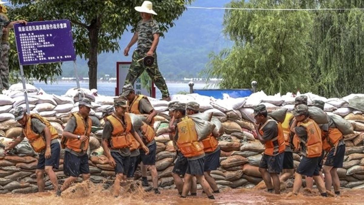 Đê vỡ, người mất nhà cửa vì mưa lũ ở Trung Quốc