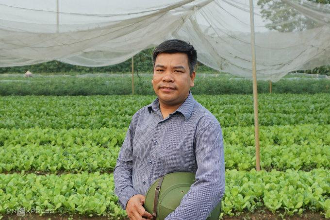 Anh Vương Sỹ Thành từng khăn gói vào Lâm Đồng nửa năm học trồng rau sạch. Ảnh: Hoàng Phương.