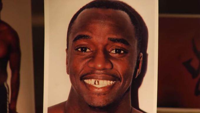Chad Price có chiếc răng cửa bọc vàng. Ảnh: Filmrise.
